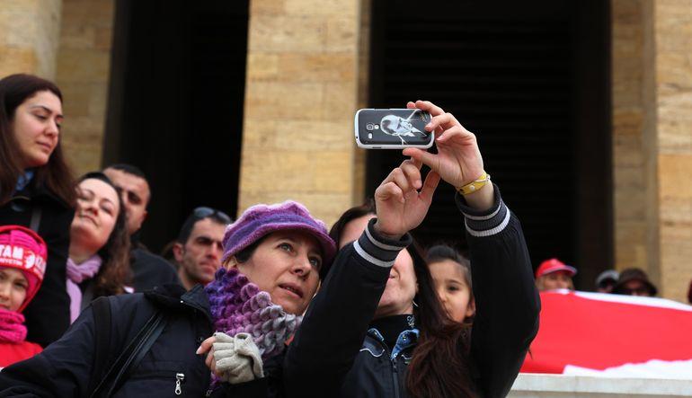Türkiye'de selfie'lerin %48'i arkadaşlarla