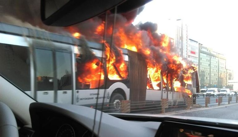 Sefer halindeki metrobüs yandı