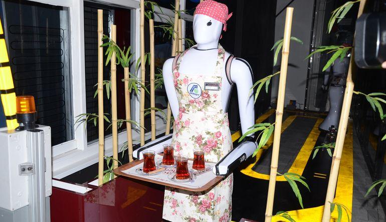 Robot garson 'Ada' işbaşı yaptı