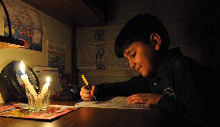 Türkiye hala elektrik kesintisinin sebebini arıyor