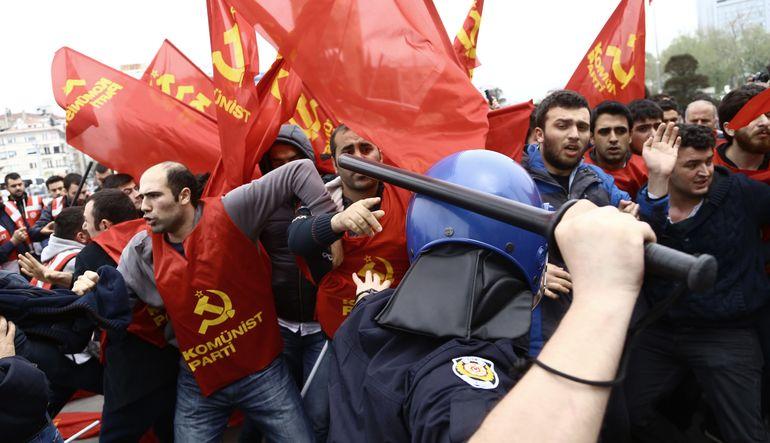 İşçi Bayramı İstanbul'da yine Taksim'e girmek isteyen göstericiler ve polis arasında gerginliğe sahne oluyor