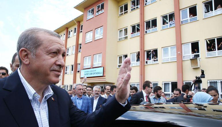 Cumhurbaşkanı Recep Tayyip Erdoğan, dünkü seçimlerin ardından yaptığı ilk açıklamada siyasi partileri sağduyulu davranmaya davet etti