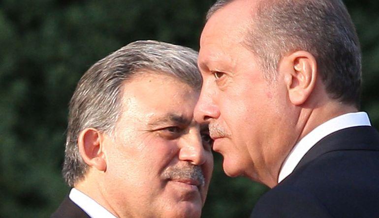 Cumhurbaşkanı Erdoğan ve 11. Cumhurbaşkanı Abdullah Gül, TBMM'de Cemil Çiçek'in odasında sürpriz bir görüşme gerçekleştiriyor.