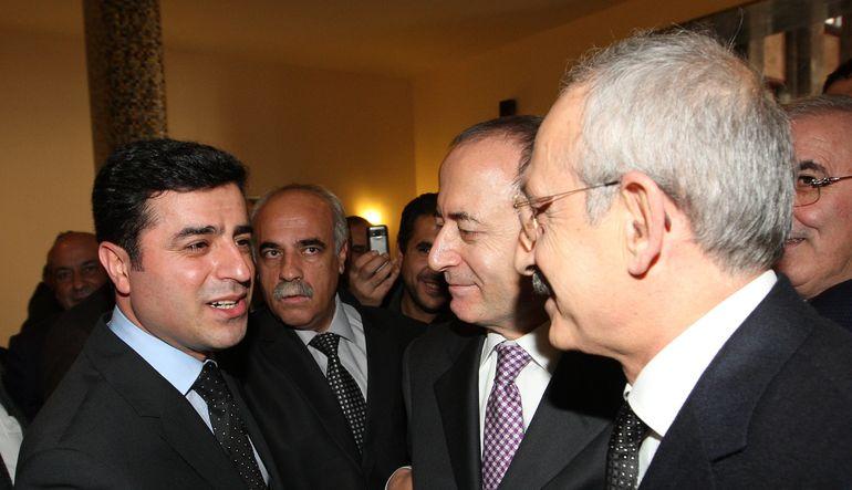 """Seçimlerden sonra koalisyon hükümetini AK Parti karşısındaki yüzde 60'lık blokun kurması gerektiğini belirten ve MHP ile """"arka kapı"""" görüşmelerini baş"""