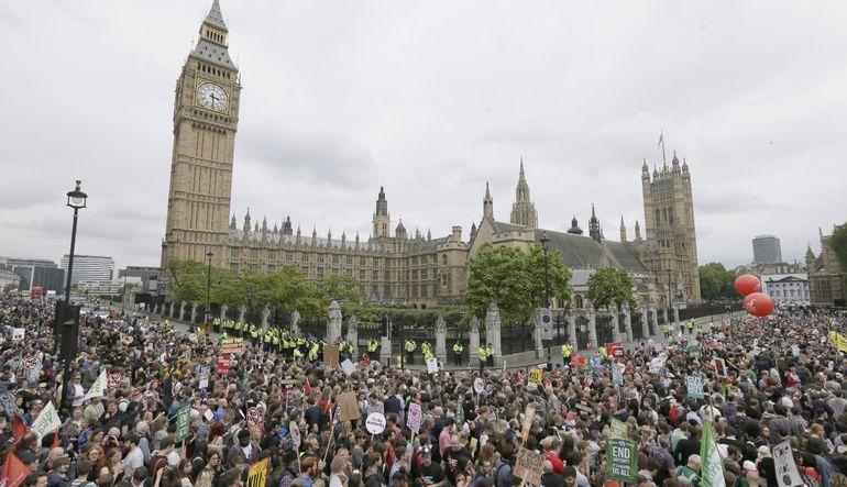Binlerce gösterici hükümetin kemer sıkma politikalarını eleştirdi