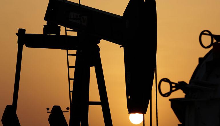 Petrol pozisyonları OPEC'in arz fazlasıyla geriliyor