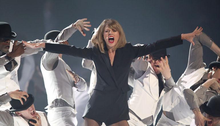 ABD'li ünlü pop şarkıcısı Taylor Swift'in albümünü Apple Music'ten çekeceğini açıklaması, teknolojini devini ücretsiz yayın kararından geri döndürdü