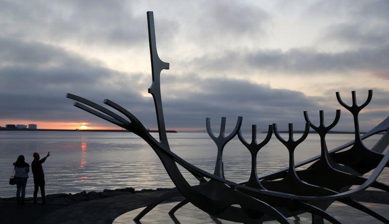 İzlanda'da yaşayan Müslümanlar, güneşin neredeyse hiç batmaması nedeniyle ortaya çıkan iki farklı imsakiye arasında kaldı
