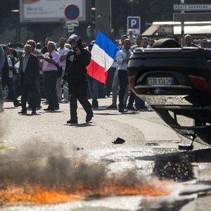 FRANSIZ TAKSİCİLERDEN UBER'E PROTESTO