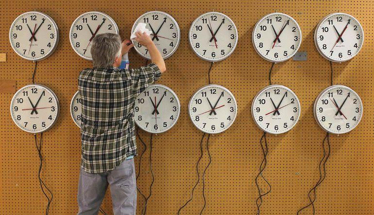 Dünyanın güneş etrafındaki dönüş hızının yavaşlamasına karşı saatler bugün 1 saniye yerinde sayacak