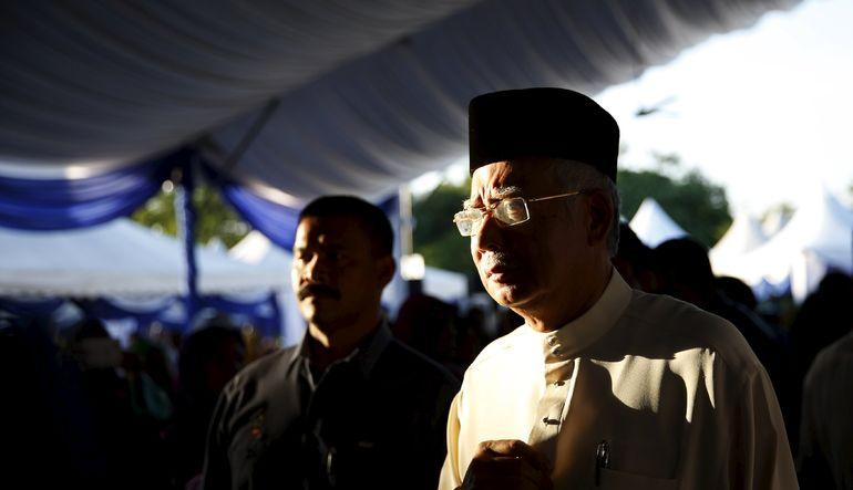 Malezya Başbakanı Necip Rezak, yaklaşık 700 milyon dolarlık kamu fonlarını şahsi banka hesaplarına aktardığı iddialarını reddetti