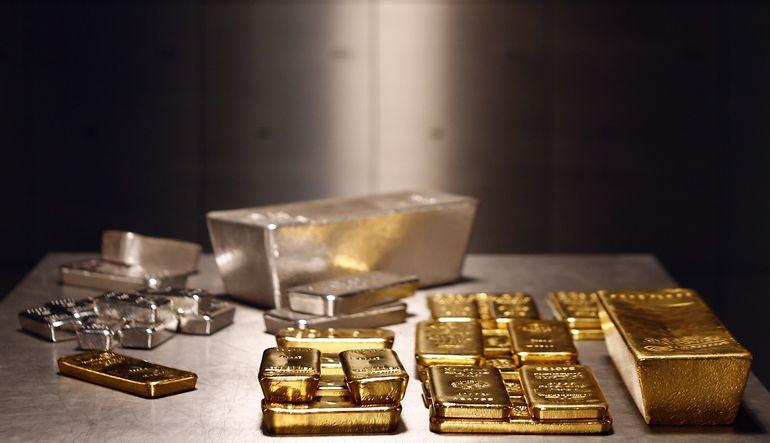 Artan küresel risklere rağmen hafta içinde son üç ayın en düşüğüne gerileyen altın, dünkü artışın ardından bugün yatay seyrediyor