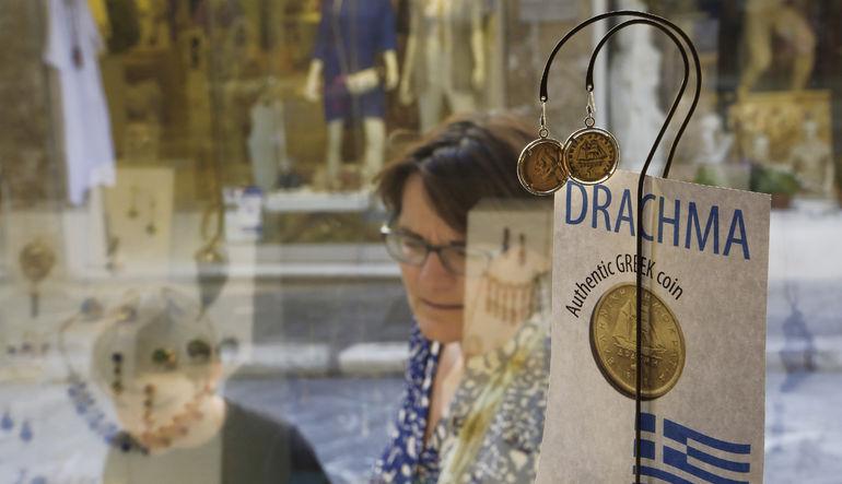 Yunanistan'ın eurodan çıkıp çıkmayacağına dair tartışmalar sürerken drahmi ilk kez yüzünü gösterdi