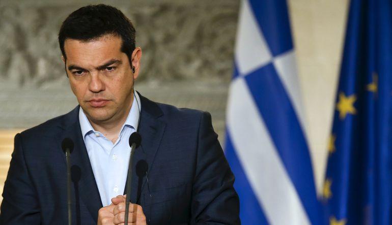 Yunanistan Başbakanı Alexis Tsipras ağır talepler içeren yeni Avrupa kurtarma paketini kabul ettiği ve Alman taleplerine boyun eğdiği için kendi parti