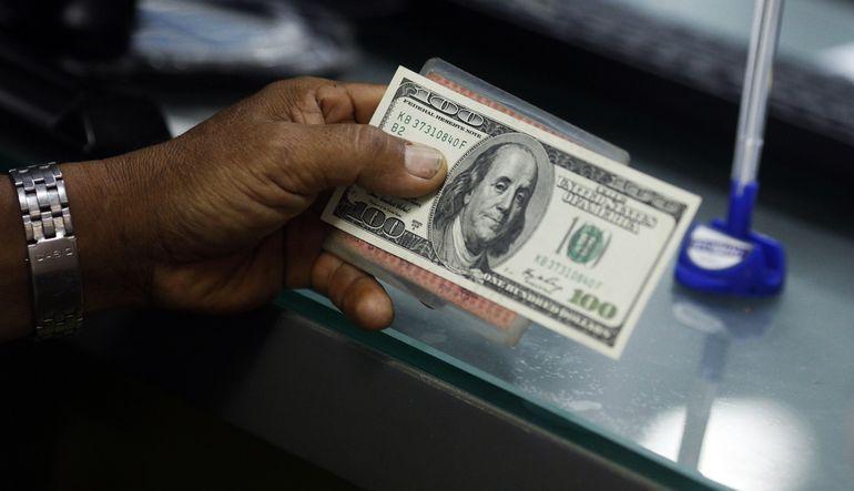 Yunanistan krizine dair endişeleri azalan yatırımcıların odağının tekrar Fed faiz artırımı zamanlamasına kaymasıyla, dolar euro karşısındaki kazançlar