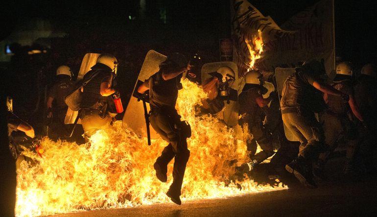 """Yunan hükümeti tarafından kabul edilen """"kurtarma paketi"""" hem sokaktan hem de parlemento içinden sert muhalefetle karşılaştı"""