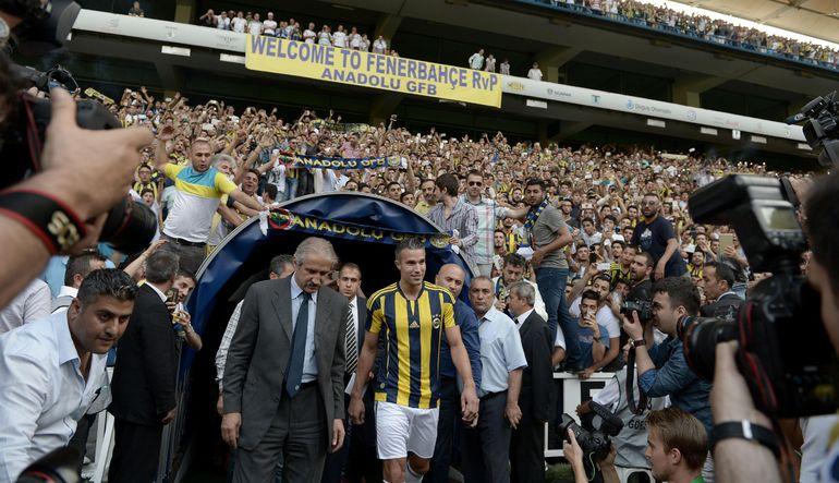 Fenerbahçe'nin geçen hafta gerçekleştirdiği Van Persie transferi, yüksek borçlulukla boğuşan Türk takımlarının bütçe sıkıntılarını tekrar gündeme geti