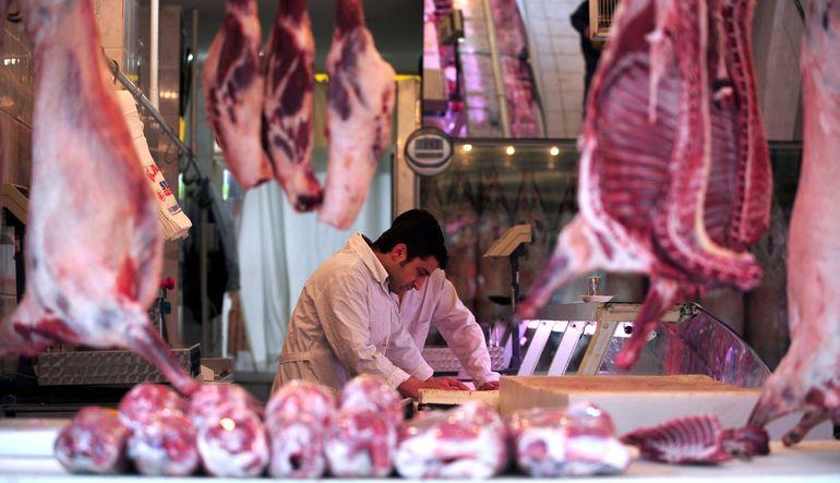 Kurban Bayramı yaklaşırken kırmızı et fiyatları yeniden gündemde. Son bir yılda %28 zamlanan et fiyatlarına besi danası ithalatı çözüm olmadı. Şimdi d