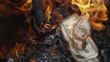 Yerliler dolar bozmaya devam ediyor