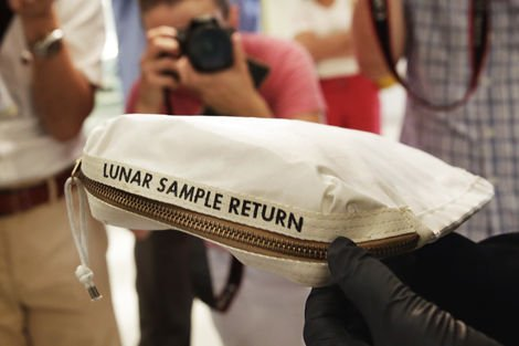 Neil Armstrong'un Ay taşı taşıdığı çanta 1,8 milyon dolara satıldı