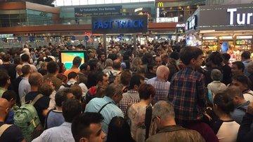 Pasaport sistemi bozuldu, bin kişi uçağını kaçırdı